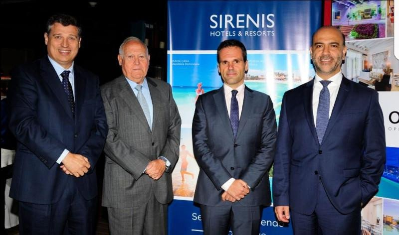 De izquierda a derecha, Pedro Matutes, Director General de Sirenis Hotels