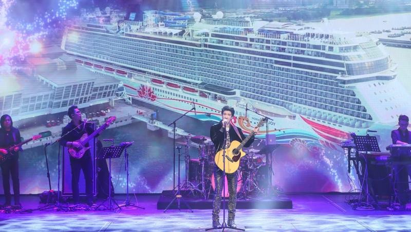 El rey del pop chino bautiza el Norwegian Joy