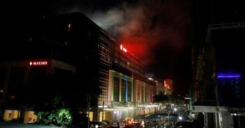 En las primeras imágenes se ven personas heridas y una humareda saliendo del hotel. Foto: CNN