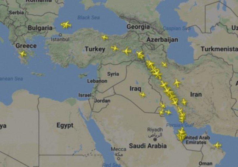 Rutas hacia y desde Doha antes y después del bloqueo. Mapas: FlightRadar24.