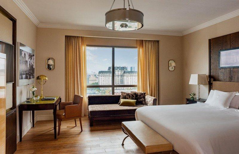 El hotel tiene 159 habitaciones y las suites ofrecen amenities de Hermès de Paris.