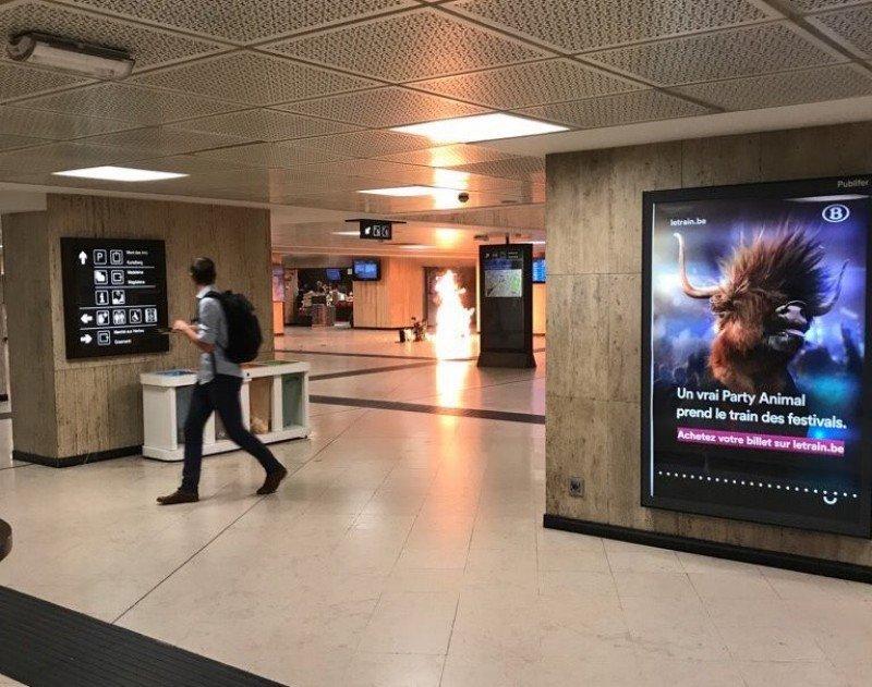 Momento de la pequeña explosión en la Estación Central de Bruselas según una foto que circula en twitter y que varios medios han reproducido.