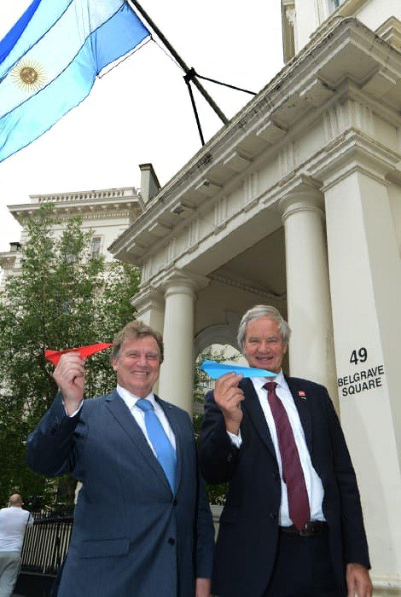 Bjorn Kjos, CEO de Norwegian, y Carlos Sersale di Cerisano, embajador ante el Reino Unido, en la residencia de éste último en Londres.