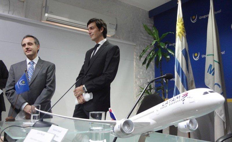 Javier Macías y Javier Ocaranza, ejecutivos de LATAM Airlines en el lanzamiento de la ruta Santiago-Punta del Este en Montevideo. Foto: J. Lyonnet