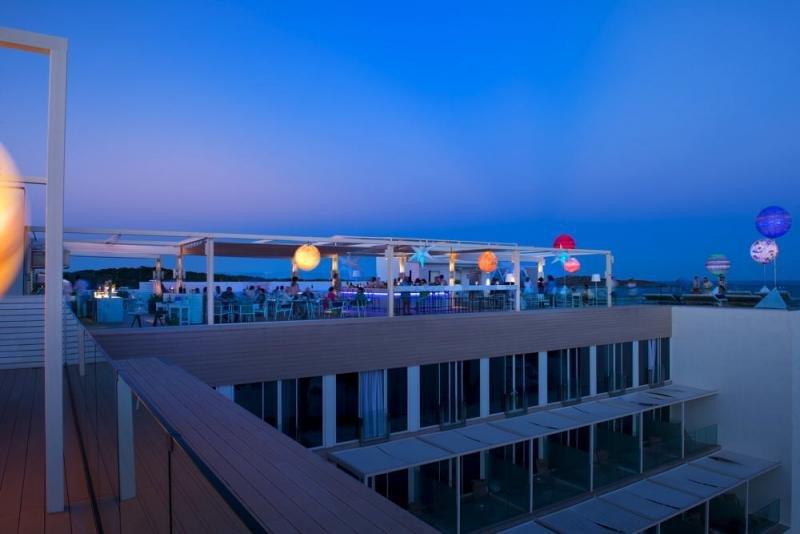 La terraza en la azotea del ME Ibiza albergará los capítulos gastronómicos de The Chefs Experience, dotándolos de espectaculares vistas del Mediterráneo.