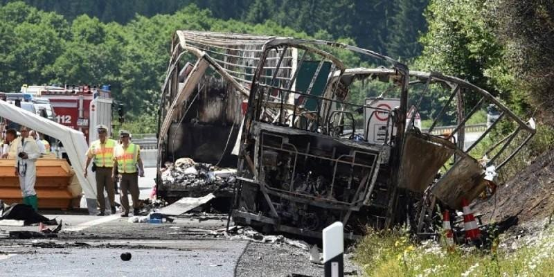 El incendio de un autocar tras chocar con un camión deja 18 muertos en Alemania