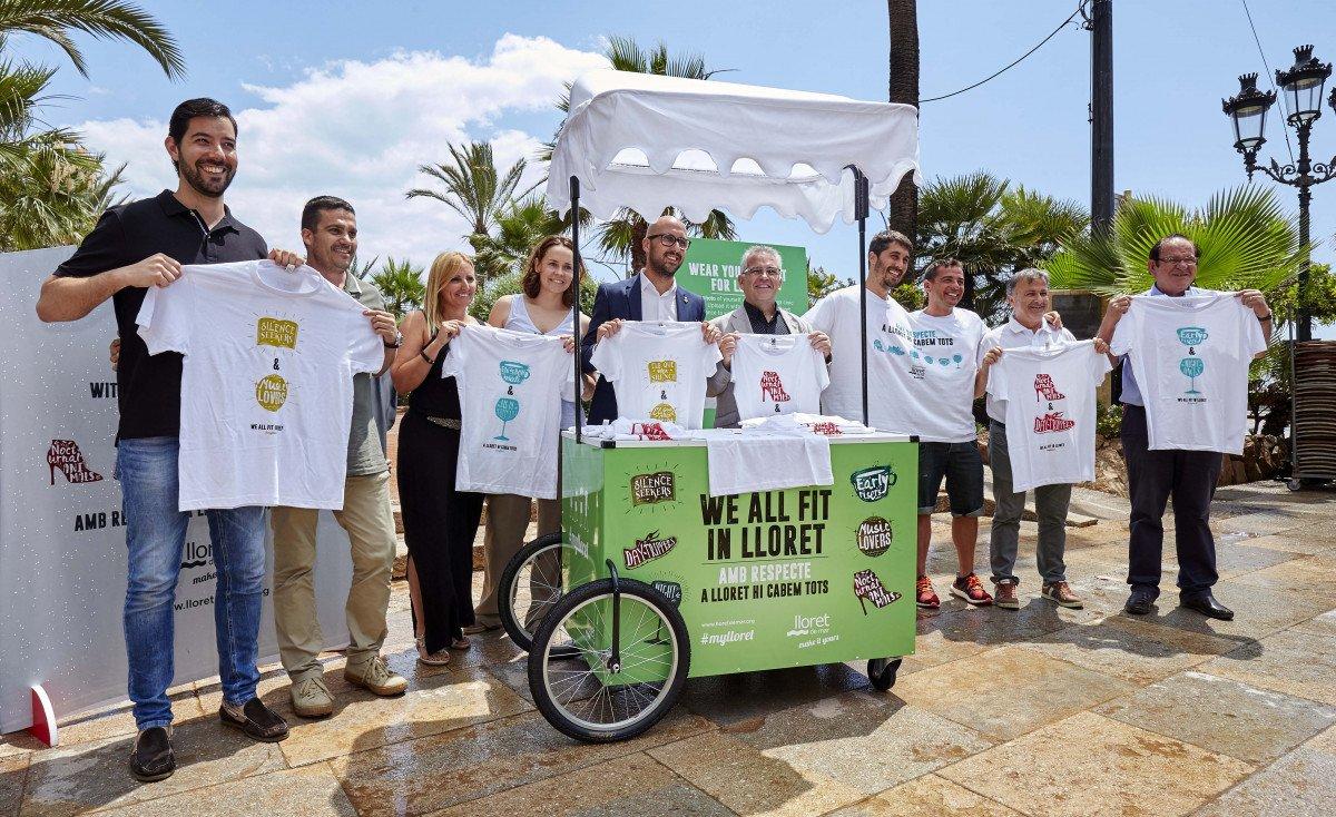 La campaña se ha definido principalmente en la calle para que lugareños y visitantes se sientan cercanos, y la camiseta, como principal soporte del mensaje, se convierte en un vehículo de convivencia y respeto.