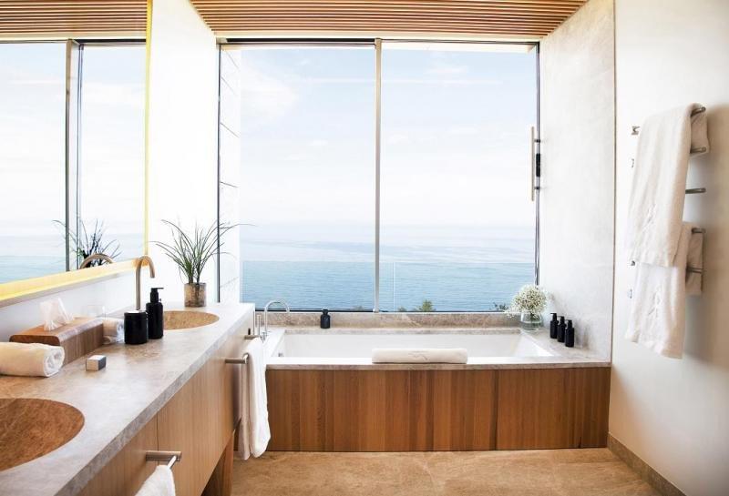Todas las habitaciones tienen vistas al mar y la ducha efecto lluvia separada de la bañera.