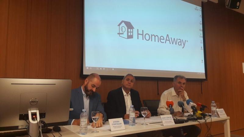 De izq. a dcha, Joseba Cortázar, Juan Carlos Fernández y Pablo Antonio Muñoz, en la presentación del Barómetro del Alquiler Vacacional.