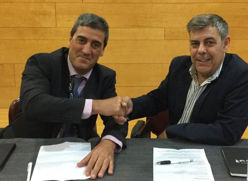 Xabier Basañez Llantada y Carlos García Espinosa, presidentes de la Asociación de Ferias Españolas y de la Asociación de Palacios de Congresos de España, respectivamente, firmando el acuerdo.