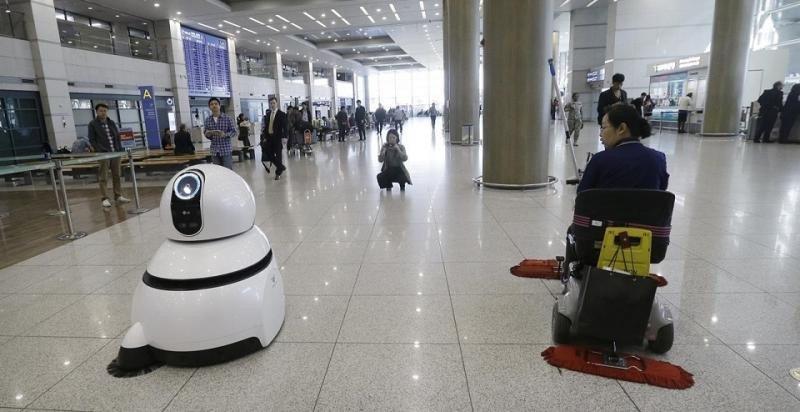 Robots en aeropuertos: atienden al público, limpian, aparcan coches