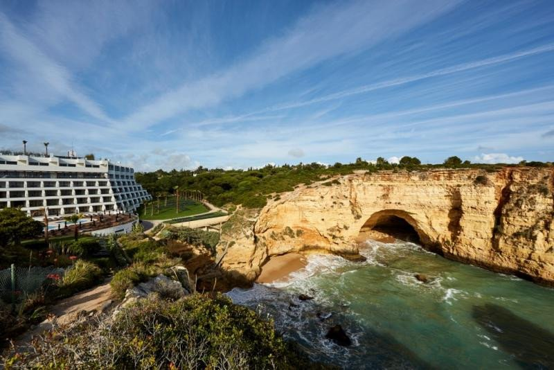 El hotel Tivoli Carvoeiro, situado en un recóndito acantilado del Algarve, ha estrenado tras su remodelación tres restaurantes, bar en la piscina, el Sky Bar Carvoeiro en la azotea, spa y gimnasio, además de sus 246 habitaciones totalmente reformadas.