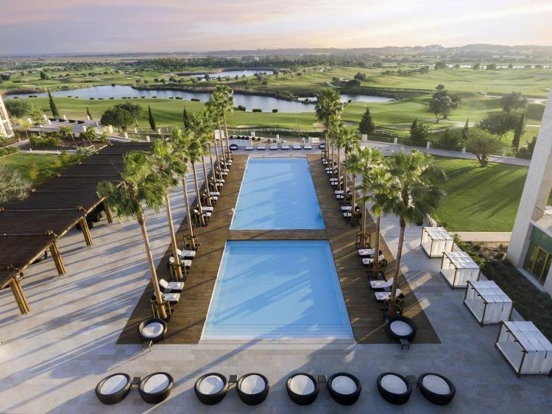 La experiencia asiática está presente en todas sus instalaciones, incluida la piscina principal.