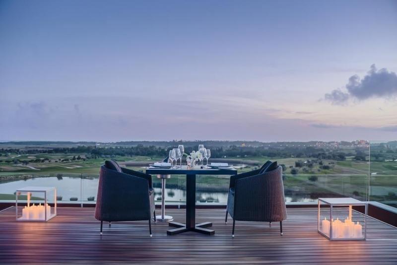 Entre las experiencias que ofrece el hotel destaca Dining by Design, una cena privada con chef personal y mayordomo en una velada muy romántica con vistas al atardecer.