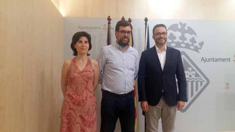 De izq. a dcha, Antonia Martín, portavoz del grupo municipal Podem Palma; Antoni Noguera, alcalde de Palma; y José Hila, teniente de alcalde de Urbanismo, en la rueda de prensa en la que han anunciado la moratoria.