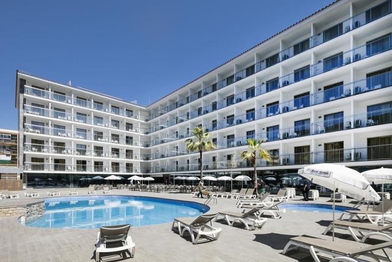 El Best San Diego dispone de una amplia terraza exterior y una piscina de grandes dimensiones para adultos y otra para niños, además de un jacuzzi exterior y parque infantil.