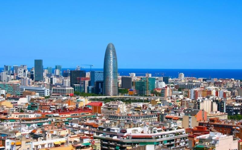 El objetivo de la nueva tasa de Barcelona, según el Ayuntamiento, es minimizar el impacto de los 30 millones de turistas que visitan la ciudad.