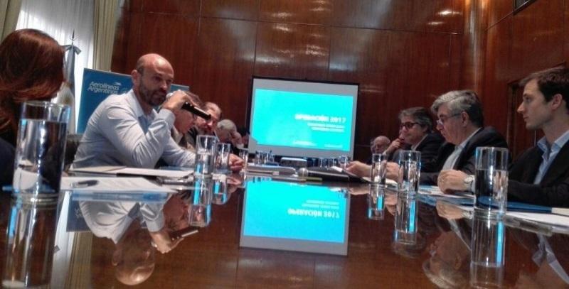 Conferencia de prensa en el Ministerio de Transporte, con la presencia de Guillermo Dietrich.