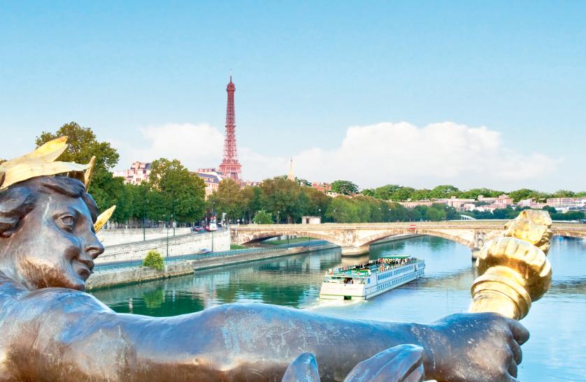 Barco de CroisiEurope a su paso por París.