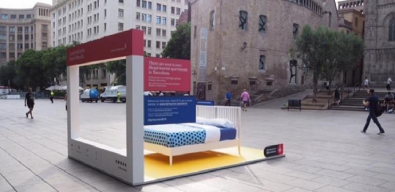 Barcelona instala camas en la calle para denunciar los pisos turísticos ilegales