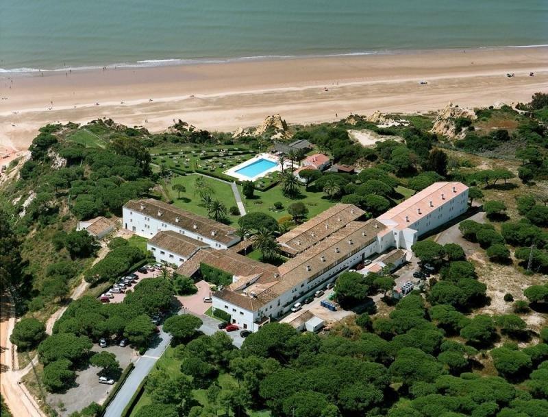 El Parador de Mazagón se encuentra en pleno Parque Natural de Doñana, frente al océano y rodeado de playas.