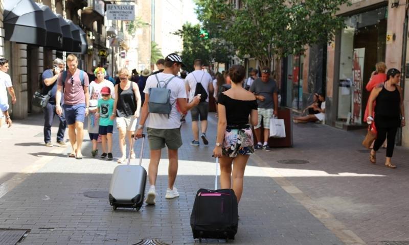 Turistas por el centro de Palma de Mallorca.