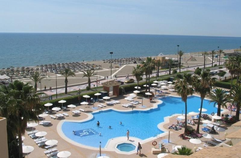 El hotel Pueblo Camino Real de Torremolinos está ubicado en primera línea de playa
