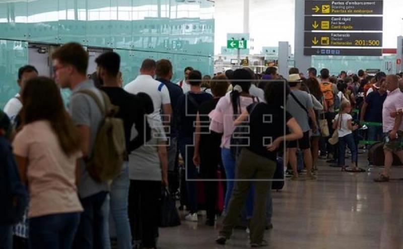 Decenas de pasajeros pierden su vuelo por las colas de control en El Prat