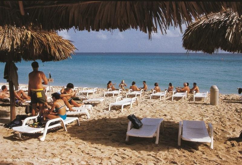 Turistas en una playa de Cuba.