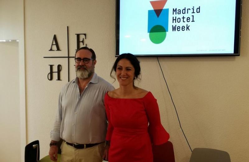 El director de Marketing de la AEHM, Pablo Batlle, y la secretaria general de la asociación, Mar de Miguel, han presentado la 'Madrid Week Hotel'