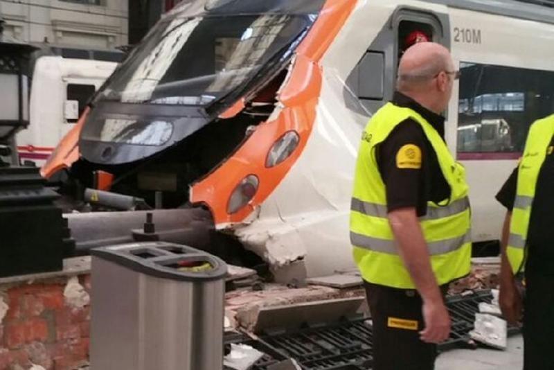 Choque de un Cercanías de Barcelona deja 40 heridos, uno grave