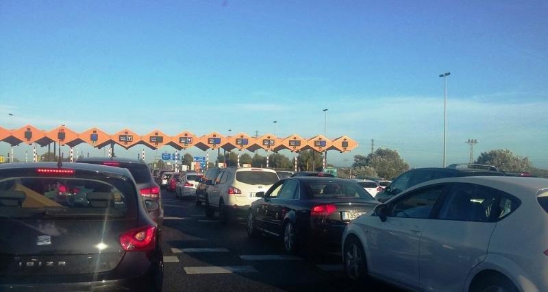 Colas para pasar el peaje de una autopista.