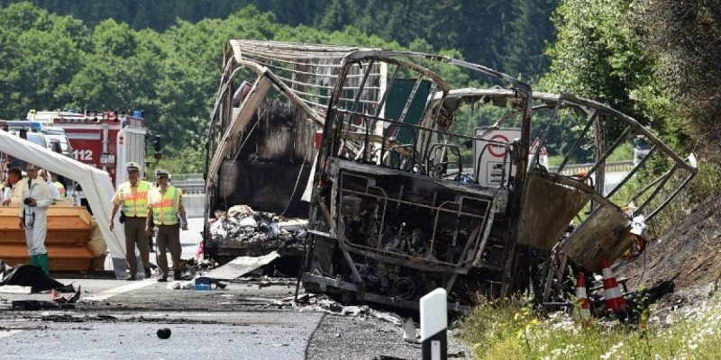 El bus embistió un camión en una ruta congestionada y se incendió.