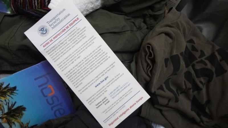 'Su bolso o equipaje fue seleccionado para inspección física. Durante la inspección, su bolso y su contenido pudieron haber sido examinados en busca de artículos prohibidos. Al terminar la inspección, el contenido del bolso fue devuelto a su lugar de origen', se lee en la tarjeta del TSA de EEUU hallada dentro de la valija al arribar a destino. Foto: J. Lyonnet