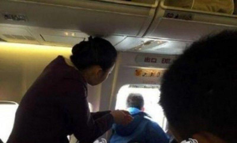 Pasajero intenta abrir la puerta de un avión y azafata lo lastima con una botella