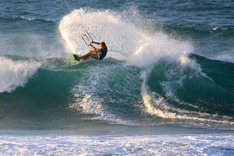 Kitesurf, uno de los deportes acuáticos favorecidos por las olas de Puerto Rico.