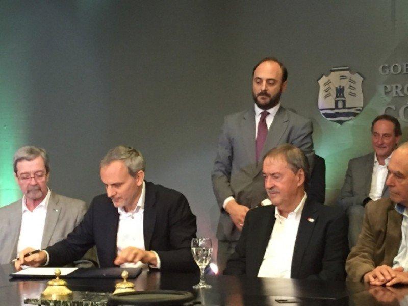 Julián Cook, CEO de Flybondi y el gobernador de Córdoba, Juan Schiaretti, firmaron un convenio.