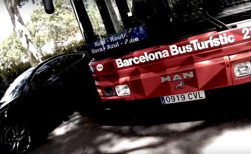 El Bus Turístico de Barcelona, con pasajeros en su interior, que sufrió el ataque vandálico.