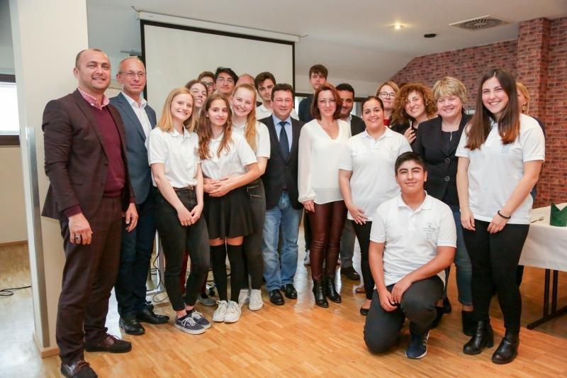 Molina considera esencial la formación. Encuentro con estudiantes en Dresde.