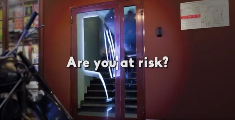 La Asociación de Hoteles de Nueva York ha lanzado un anuncio en el que pone en duda los controles de seguridad de Airbnb
