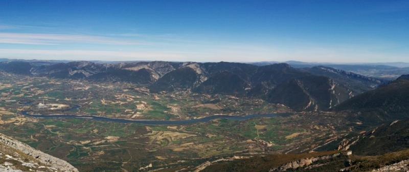 Valle de Tobalina desde el pico Humión. A la izquierda, la central nuclear junto al río Ebro. Foto:  Rubén Ojeda, Wikimedia Commons, Licencia CC-BY-SA 4.0