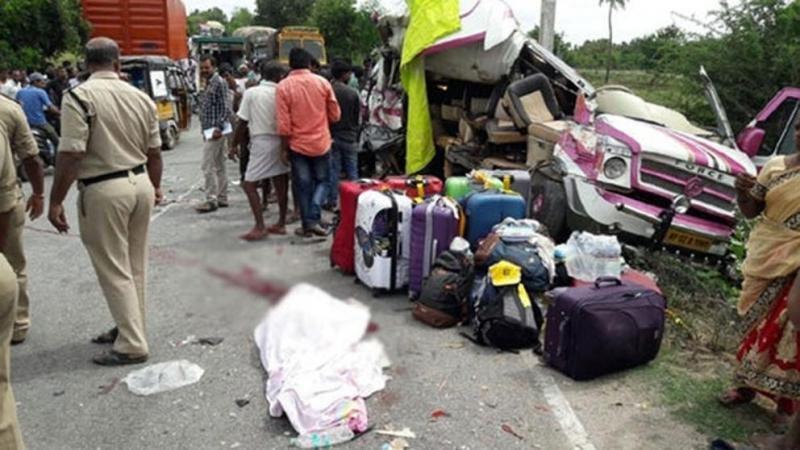 Cinco turistas españoles fallecen en la India al chocar su vehículo contra un camión. Imagen: Sakshi.com