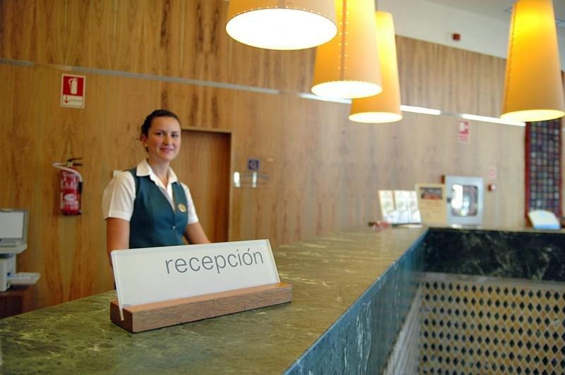 La campaña se llevará a cabo entre los trabajadores del sector turístico. En la imagen, recepción de un hotel en la Comunidad Valenciana.