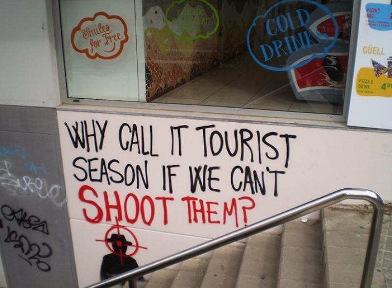 Pintadas contra turistas en Barcelona.