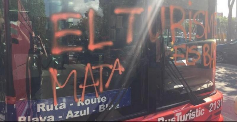 El conseller Santi Vila ha definido la acción de los encapuchados como 'violenta, intimidatoria y organizada que está tipificada como un delito muy grave'. Foto: Twitter.