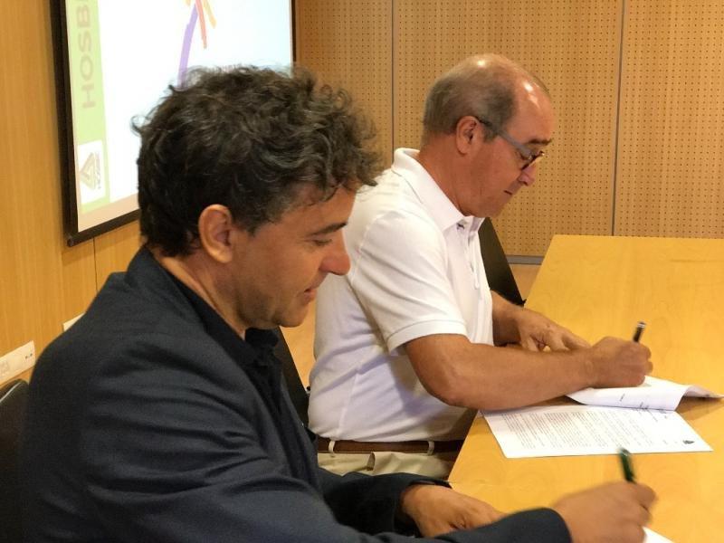 De izq. a dcha, Francesc Colomer y Antonio Mayor, en la firma del convenio de colaboración.