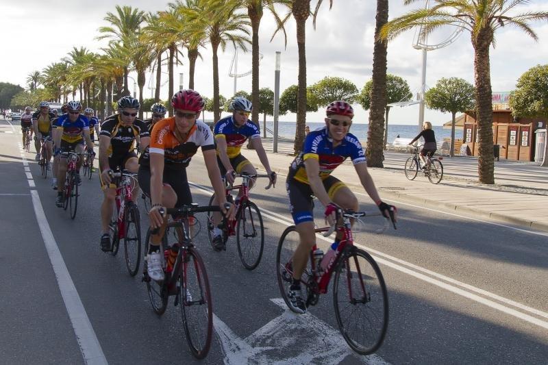 Ciclistas en Cambrils.