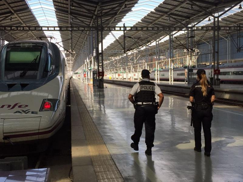 Un agente de la Police Nationale francesa junta a una agente del Cuerpo Nacional de Policía, en la estación de Málaga.