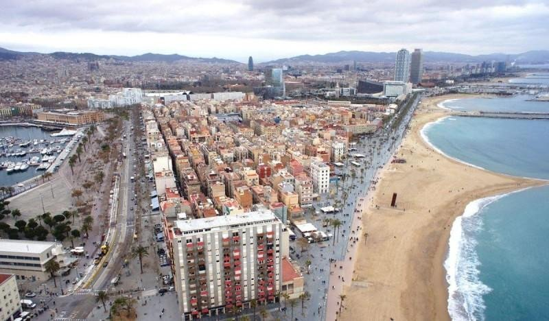 En primer término, el barrio de la Barceloneta.