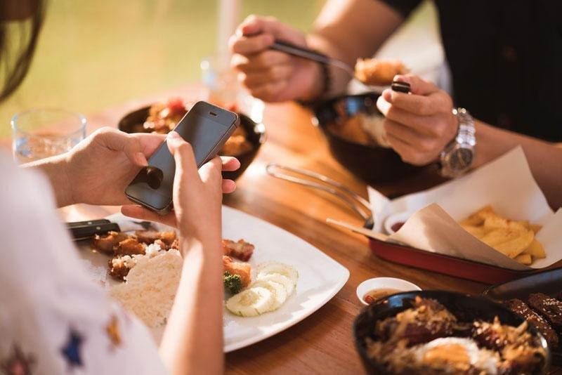 La Bobadilla, a Royal Hideaway Hotel, sugiriendo a sus clientes que abandonen sus móviles a la entrada de sus restaurantes, pretende que perciban la calidad de su propuesta gastronómica, las vistas y su óptimo servicio.